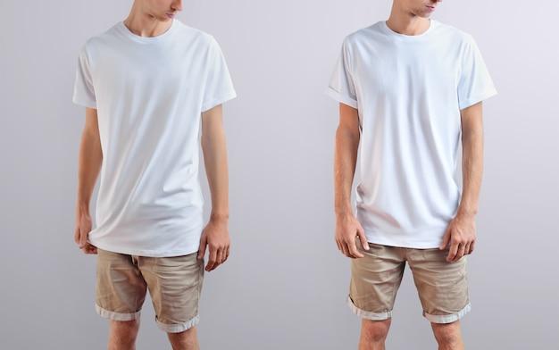 Roupas de modelo. jovem elegante em uma camiseta branca e shorts marrons em um isolado em um fundo cinza do estúdio. duas poses na imagem. maquete pronta para você projetar.