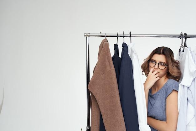 Roupas de mulher bonita ajustadas em estilo moderno isolado fundo