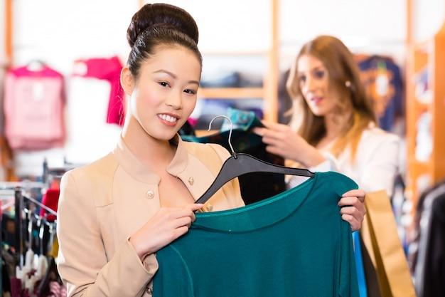 Roupas de mulher compras na loja de moda