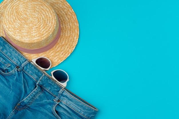 Roupas de mulher elegante flatlay em fundo azul