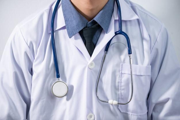 Roupas de trabalho médicas e estetoscópio de coração