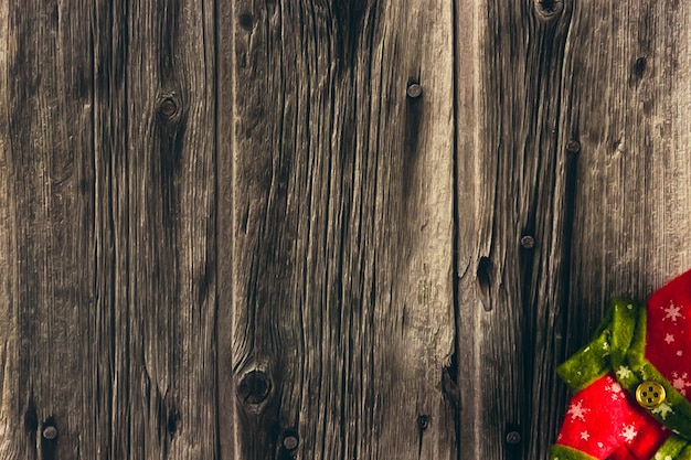 Roupas decorativas de duende de natal em fundo de madeira. copie o espaço. foco seletivo.
