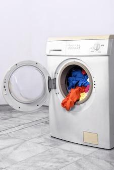 Roupas dentro da máquina de lavar roupa