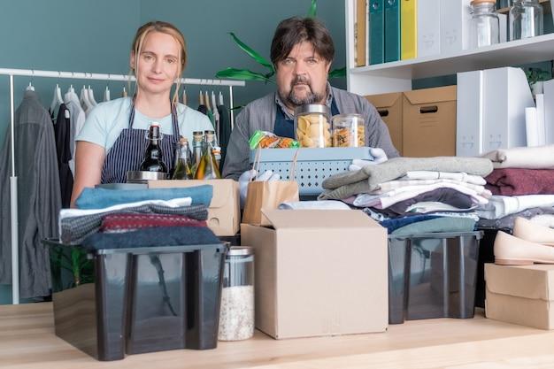 Roupas, doação de caridade, homens, mulher, produto, ajuda, embalagem, caixa, presente, embalagem, cuidado