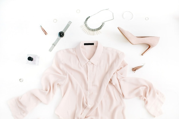Roupas e acessórios da moda moderna feminina. postura plana