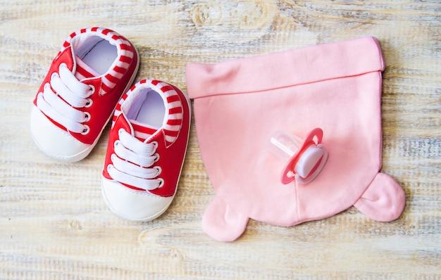 Roupas e acessórios de bebê em um fundo claro