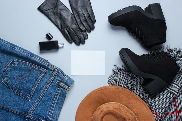 Roupas e acessórios de moda feminina e papel em branco