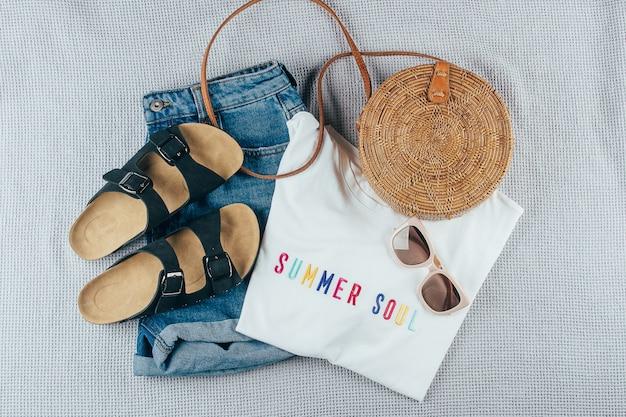 Roupas e acessórios femininos de verão