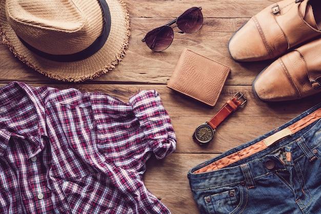 Roupas e acessórios para homens no chão de madeira