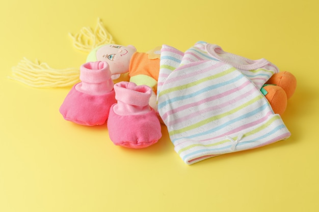 Roupas e bonecas para bebê