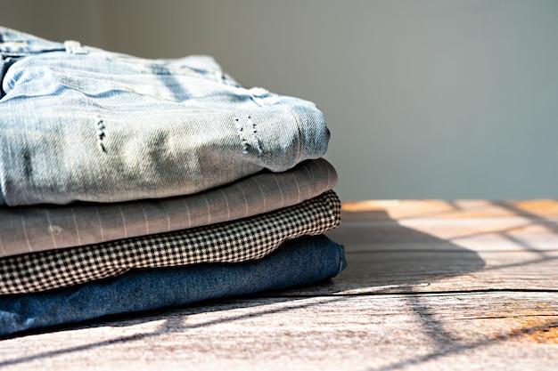 Roupas e calças empilhadas