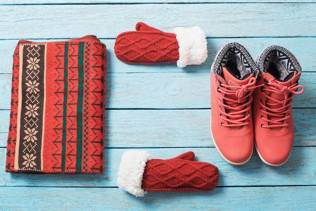 Roupas e sapatos de inverno em madeira