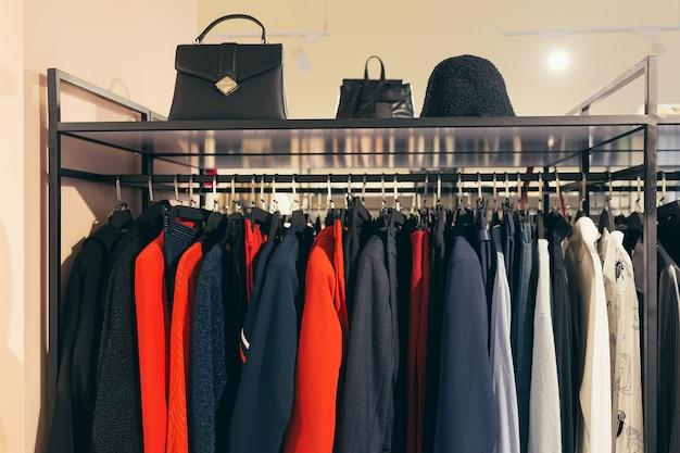 Roupas em cabides, casacos femininos multicoloridos