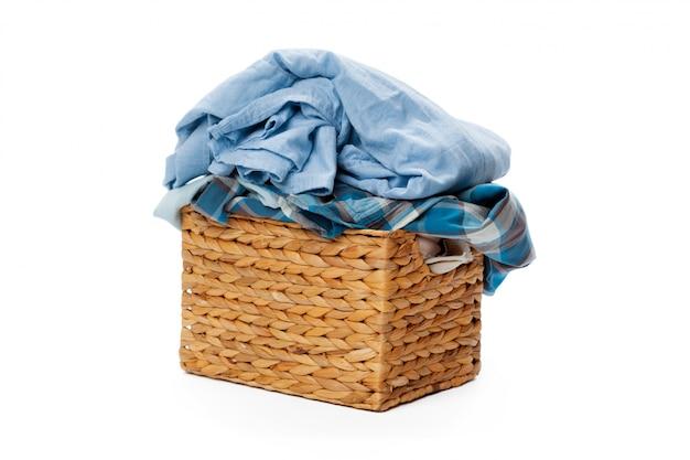 Roupas em uma cesta de madeira de lavanderia isolada