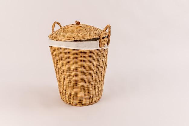 Roupas em uma cesta de madeira isolada