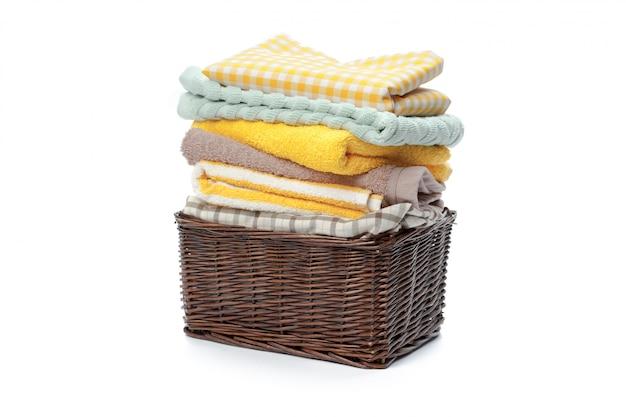 Roupas em uma cesta de madeira lavanderia isolado na superfície branca