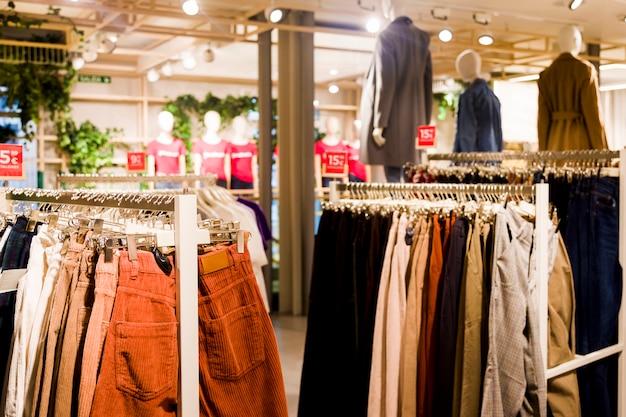 Roupas em uma loja de roupas