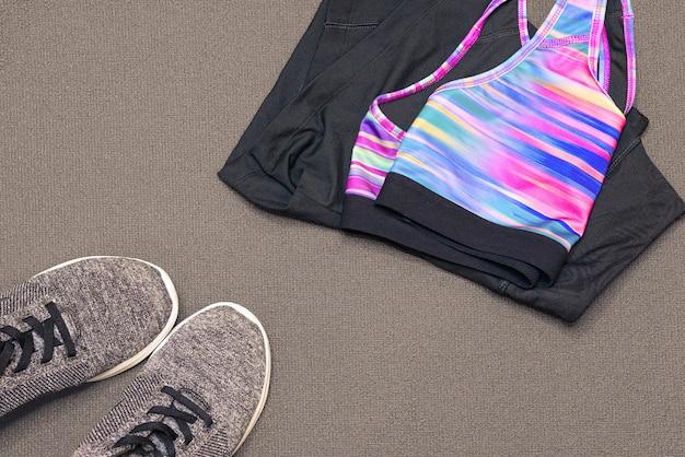 Roupas esportivas e tênis na esteira de ginástica. esporte, saúde, tema estilo de vida saudável. em tons.