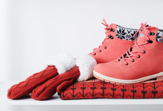 Roupas femininas de inverno bonito e sapatos em branco