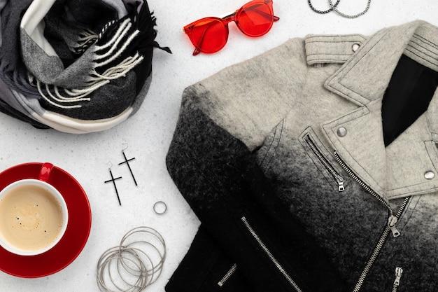 Roupas femininas e acessórios em superfície cinza