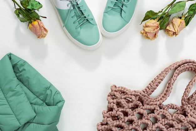 Roupas femininas quentes, jaqueta quente, sapatos e bolsa de malha ou bolsa de corda.