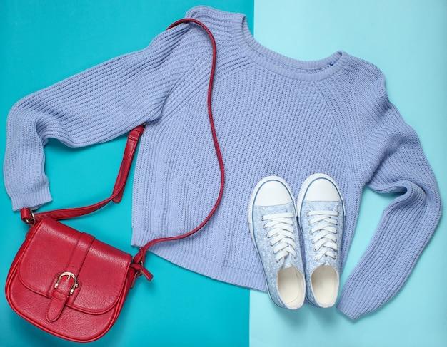 Roupas femininas, sapatos, acessórios em tons pastel. camisola, bolsa de couro, tênis. vista do topo
