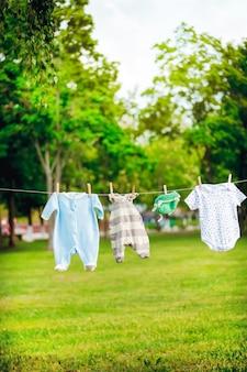 Roupas infantis em uma corda no parque, expectativas do conceito de nascimento