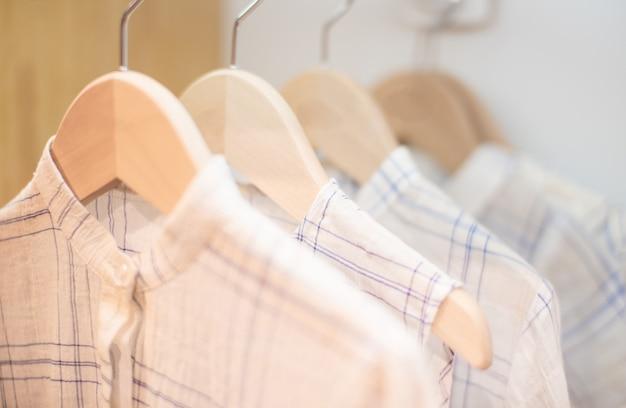 Roupas infantis na linha de roupa contra o fundo branco