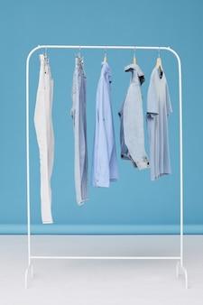 Roupas jeans penduradas no cabide na loja de roupas
