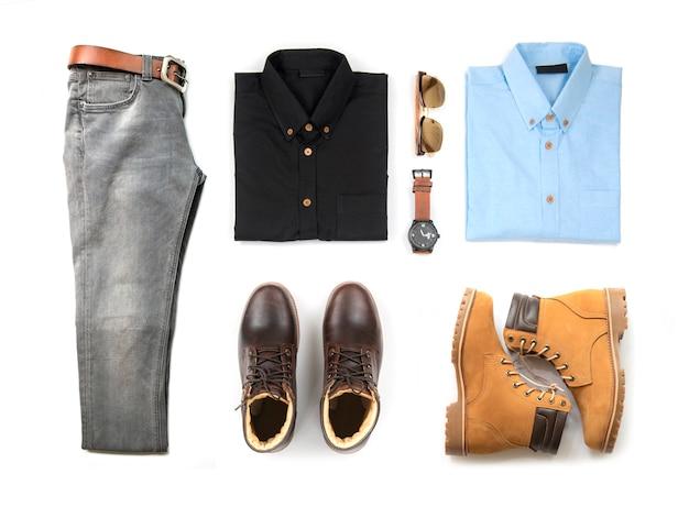 Roupas masculinas conjunto com bota marrom, relógio, jeans azul, cinto, carteira, óculos de sol, camisa de escritório e pulseira isolado no fundo branco, vista superior