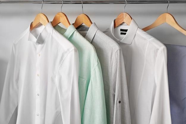 Roupas masculinas elegantes em cabide no guarda-roupa