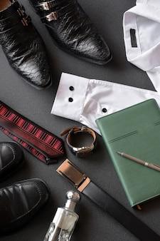 Roupas masculinas, juntamente com vários acessórios, como relógio, calendário, cinto e sapatos