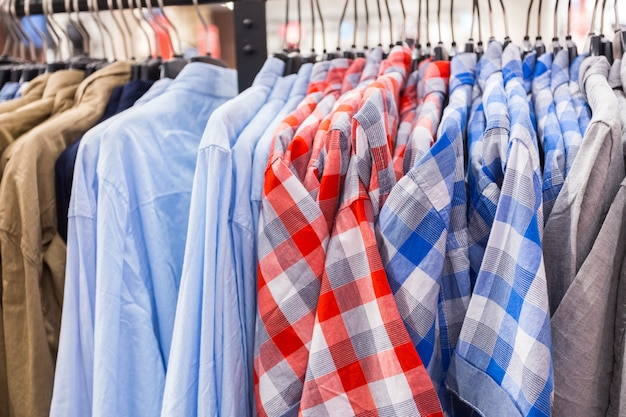 Roupas masculinas no trilho da roupa aberta