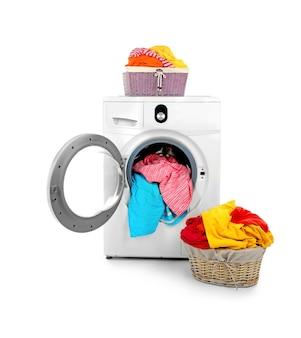Roupas na maquina de lavar em branco
