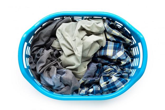 Roupas no cesto de roupa suja de plástico azul sobre fundo branco.