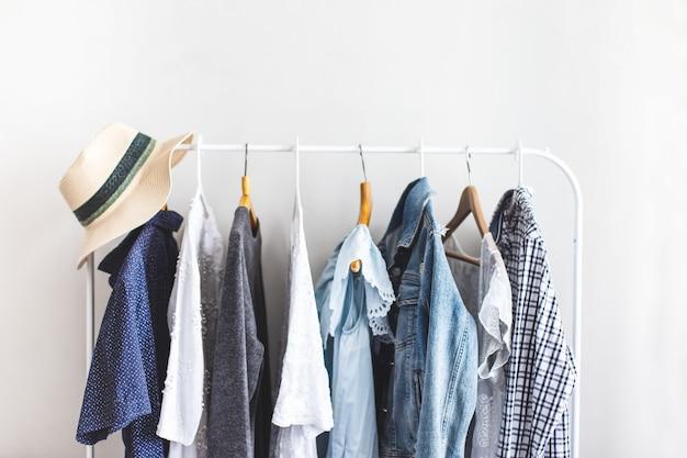 Roupas no guarda-roupa aberto