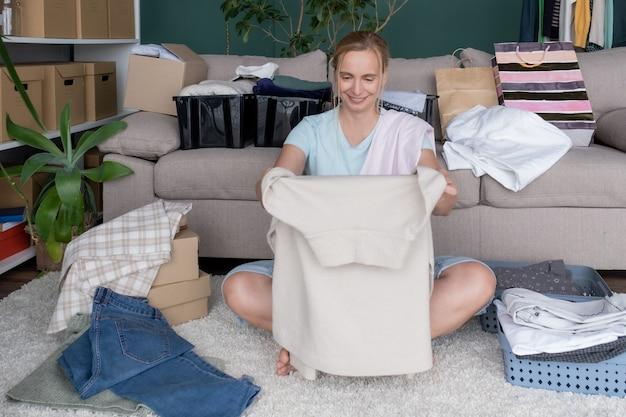 Roupas para caridade, doação de mulher, produto, ajuda, embalagem, caixa de presente, pacote de cuidados