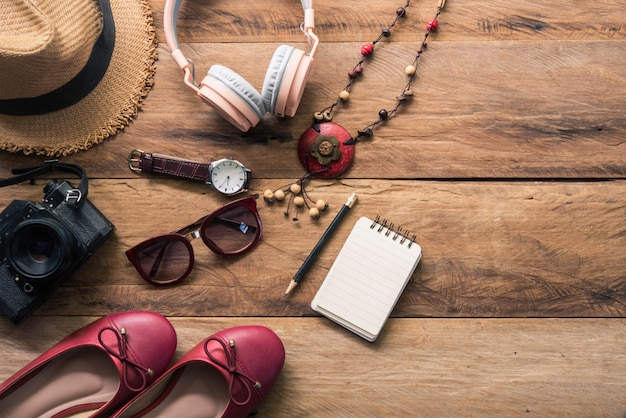 Roupas para mulheres, colocadas em um piso de madeira para viagens