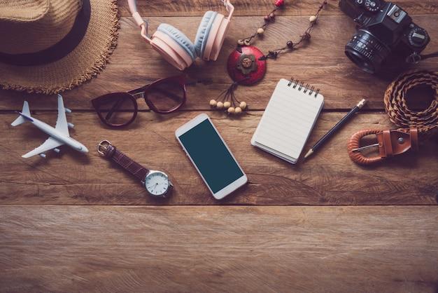 Roupas para viagens colocadas em um piso de madeira