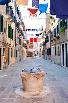Roupas penduradas para secar em um varal em veneza