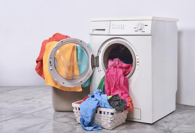 Roupas prontas para lavar com máquina de lavar roupa