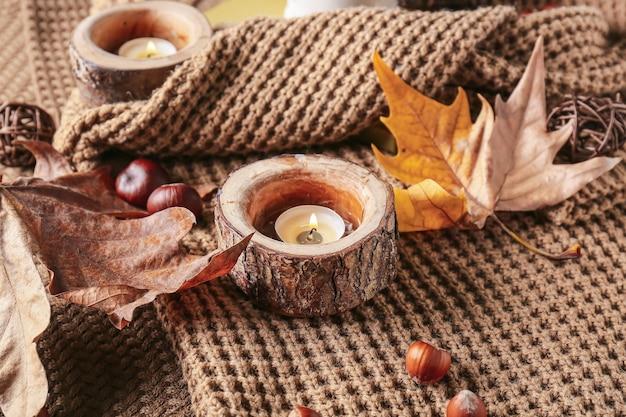 Roupas quentes de outono com velas, vista de cima