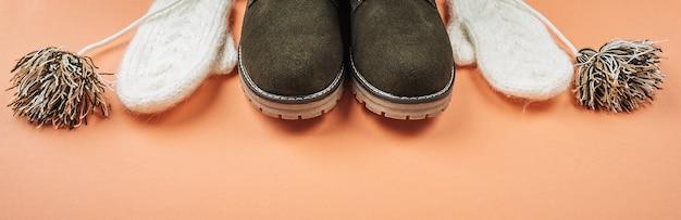 Roupas quentes femininas, roupas e sapatos de inverno.