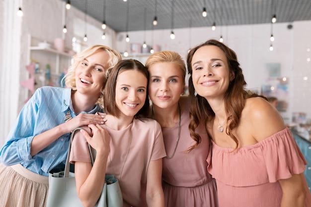 Roupas rosa claro. quatro mulheres charmosas e atraentes vestindo roupas rosa claro se sentindo simplesmente incríveis