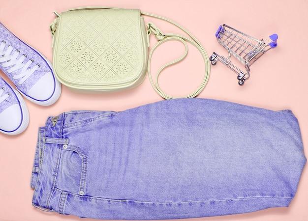 Roupas, sapatos e acessórios femininos da moda