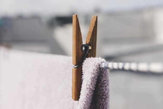 Roupas secando ao ar livre. prendedor de papel de madeira de close-up. roupas penduradas em corda.