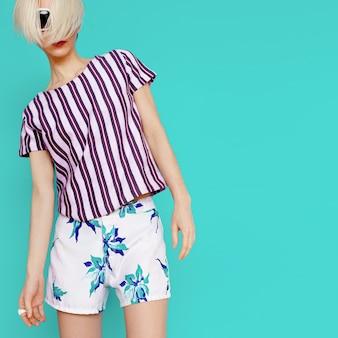 Roupas tropicais de verão. senhora da moda. estilo de praia