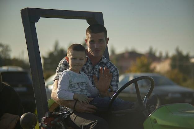 Rovigo, itália, 20 de fevereiro de 2020: pai e filho na vida agrícola diária