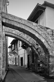 Rua antiga em larnaca sob os contrafortes da grande mesquita, chipre