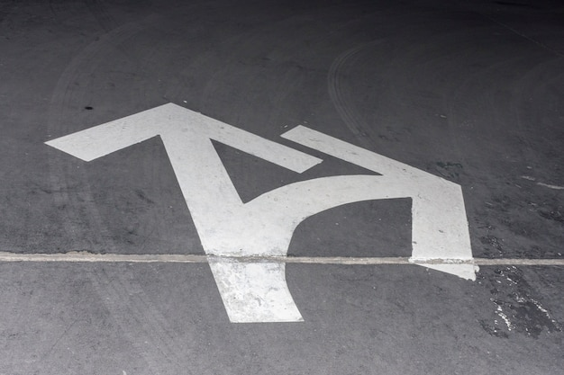 Rua branca vista alta setas para direção